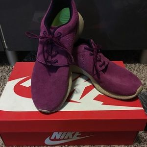 Woman's Nike Suede Roches